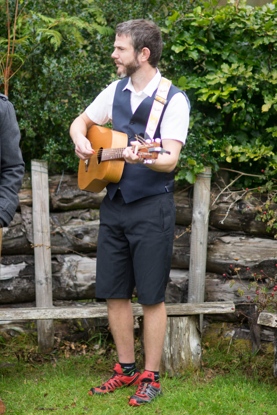 Usher in shorts plays guitar at the wedding